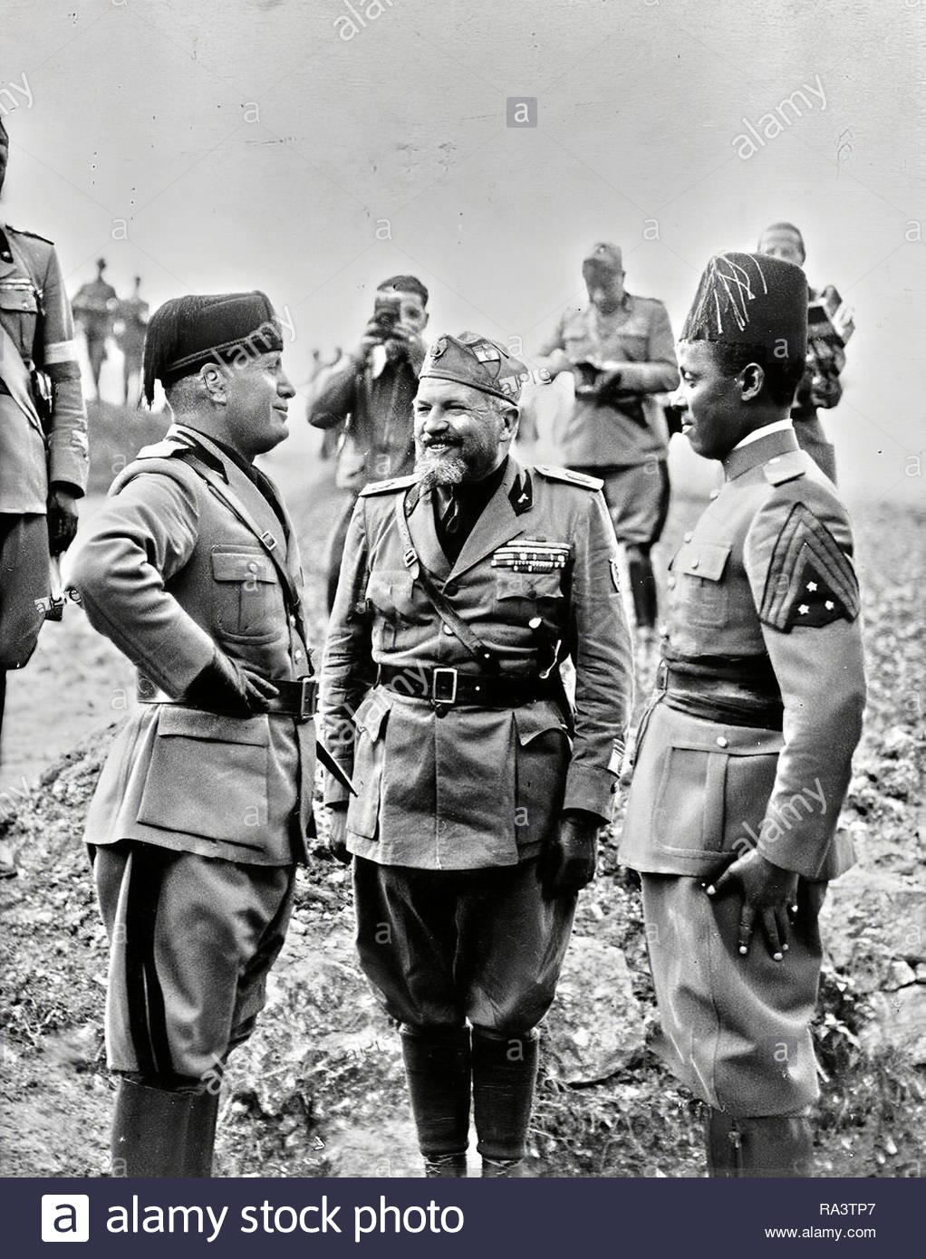 benito-mussolini-a-parlare-con-un-soldato-eritreo-dellesercito-italiano-di-truppe-coloniali-in-libia-in-nord-africa-1934-ra3tp7